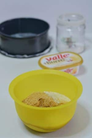 Sbriciolare i biscotti secchi e aggiungere vallè fusa.