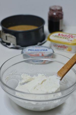 Amalgamare la ricotta e la philapelphia aggiungendo lo zucchero a velo