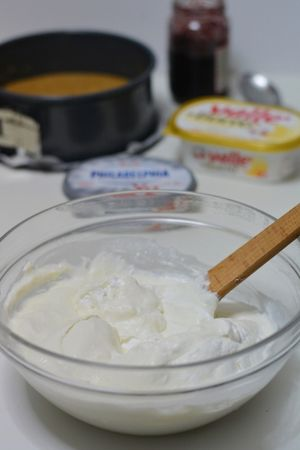 Scogliere in ¾ cucchiai di panna la gelatina precedentemente ammollata e aggiungerla al composto insieme alla panna montata
