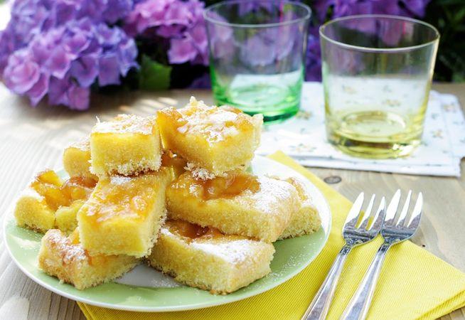 Sfornate e lasciate intiepidire poi capovolgete la torta su una gratella e lasciatela raffreddare completamente. Tagliate a pezzi e cospargete di zucchero a velo.