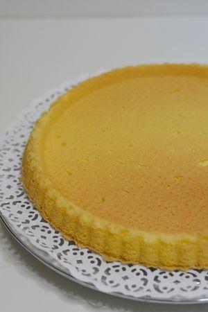 lasciar raffreddare la crostata e preparare la crema pasticcera classica con l'aggiunta della scorza di limone grattuggiata