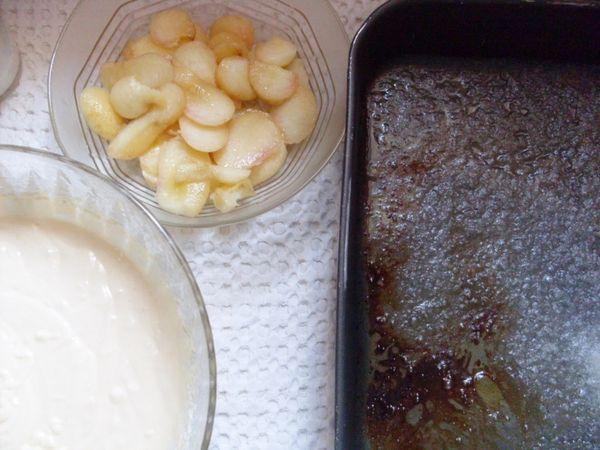 Mettere le pesche sopra lo zucchero caramellato e versare sopra l'impasto. Cuocere a 180 ° per 30 minuti.