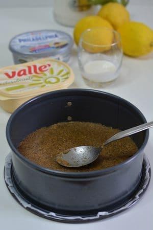 con l'aiuto in un cucchiaio sistemare il fondo di biscotti in una tortiera 20/22cm. Far riposare in frigo per circa 30min.
