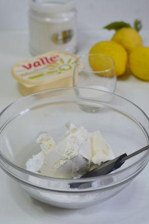 amalgamare il formaggio aggiungendo lo zucchero a velo