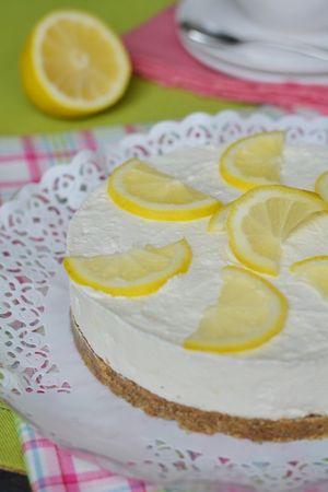 far riposare in frigo per circa 3 ore e successivamente decorare con delle fettine di limone