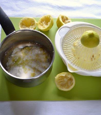 Per preparare il lemon curd, versate l'amido di mais, lo zucchero e la scorza grattugiata dei limoni  in un pentolino dal fondo pesante. Spremete i limoni (potete aggiungerne un quarto se amate l'acido) e versate il succo in un misurino. Aggiungete acqua fino a raggiungere i 200 ml. Versate nel pentolino, mescolate e mettete sul fuoco a fiamma media