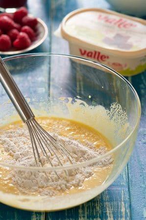 Aggiungete un pizzico di sale e  la farina alternandola al latte tiepido.