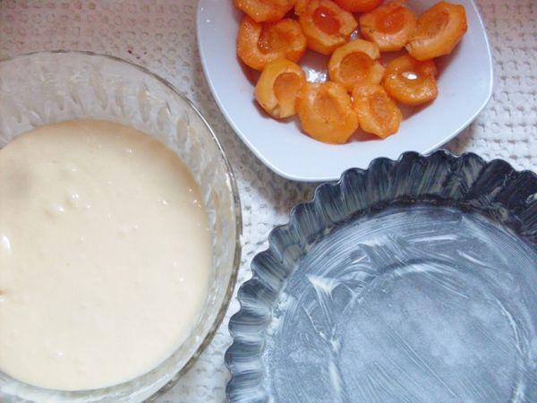 tagliare le albicocche a metà e levargli la pellicina, irrorarle di succo di limone. Preparare la teglia (24 cm) e versare il contenuto dell'impasto. Inserire nell'impasto le albicocche
