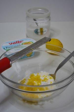 preparare la crema aggiungendo alla farina e al lievito, la scorza di limone