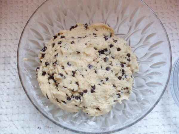 Aggiungere anche le gocce di cioccolato e far riposare in frigo l'impasto per 2 ore.