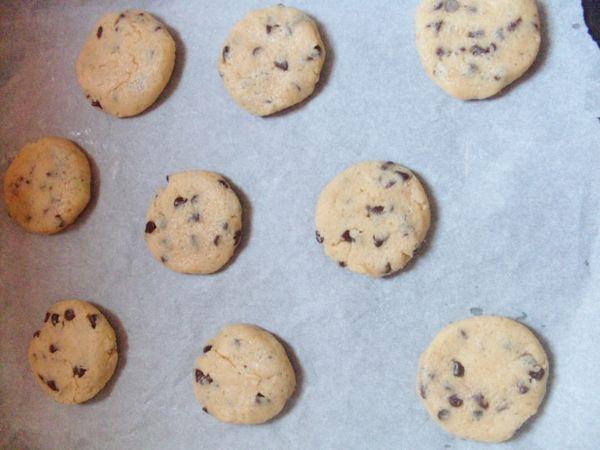 Accendere il forno a 190°, formare delle palline grandi come una noce e schiacciarle con le mani. Adagiare i biscotti nella teglia ben distanziati tra loro, perchè tendono ad allargarsi in cottura.