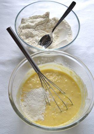 Aggiungete la scorza grattugiata, poi incorporate la farina poca alla volta, amalgamando bene tra un'aggiunta e l'altra. Quando l'impasto diventa asciutto, ammorbiditelo col latte
