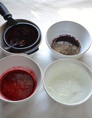 Quando il dolce è completamente freddo, potete farcirlo. Tagliate il plumcake in 4 strati e mettete da parte. Prendete lo stampo in cui l'avete cotto e rivestitelo con pellicola trasparente. Mettete i fogli di gelatina a mollo in acqua fredda. Frullate i frutti di bosco, uno a uno, e passateli a setaccio eliminando semini e parti dure (iniziate dai frutti più chiari e finite con quelli più scuri in modo da non dover lavare il frullatore ogni volta)
