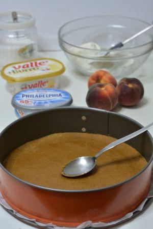 sbriciolare i biscotti secchi e aggiungere vallè fusa. Con l'aiuto in un cucchiaio sistemare il fondo di biscotti in una tortiera 26/28cm. Far riposare in frigo per circa 30min.