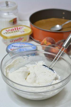 scogliere in 1 cucchiaio di panna e un po' di latte, la gelatina precedentemente ammollata e aggiungerla al composto insieme alla panna montata