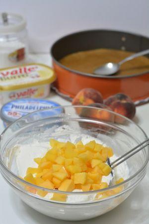 aggiungere la scorza di limone e le pesche tagliate