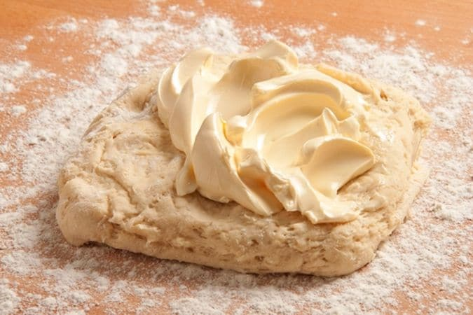 Trascorso questo tempo, impasta di nuovo incorporando la margarina ammorbidita, quindi fai riposare per un'altra ora.