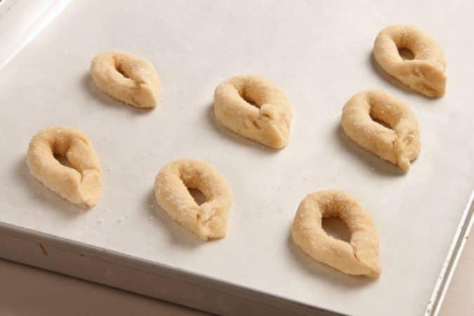 Dividi ogni bastoncino in pezzetti di 10 cm di lunghezza e riunisci le estremità di ciascun pezzetto così da ottenere degli anelli.