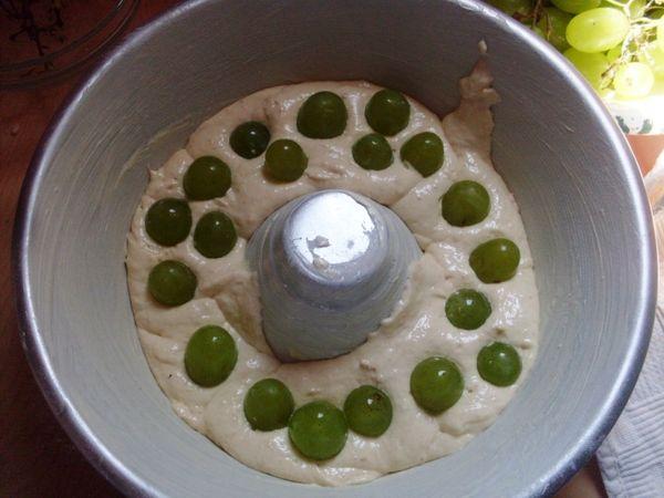 Versare metà composto nella teglia ed inserire i chicchi d'uva, quanto basta per ricoprire composto. Aggiungere l'altra metà dell'impasto e finire sempre con l'uva.