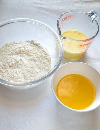 Accendete il forno a 200 gradi. Foderate uno stampo da 12 muffins con pirottini di carta. Fate sciogliere la Vallé a bagnomaria o nel microonde e lasciate raffreddare a parte. Mescolate farina, lievito e zucchero in una ciotola capiente. Usate una caraffa graduata per dosare il latte, poi rompete le uova nella caraffa e sbattete leggermente