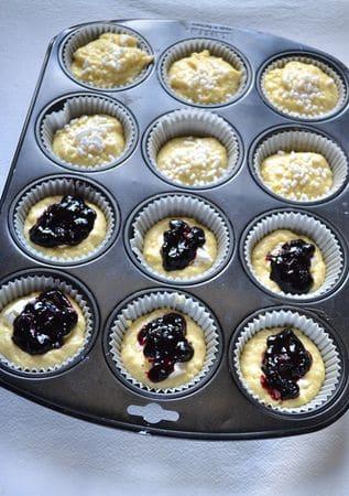 Mettete un cucchiaio circa di impasto negli stampini, poi lasciate cadere un cucchiaino colmo di Philadelphia e uno di marmellata su ogni muffin e coprite con un altro cucchiaio abbondante di impasto. Cospargete con la granella di zucchero e infornate per 25-30 minuti
