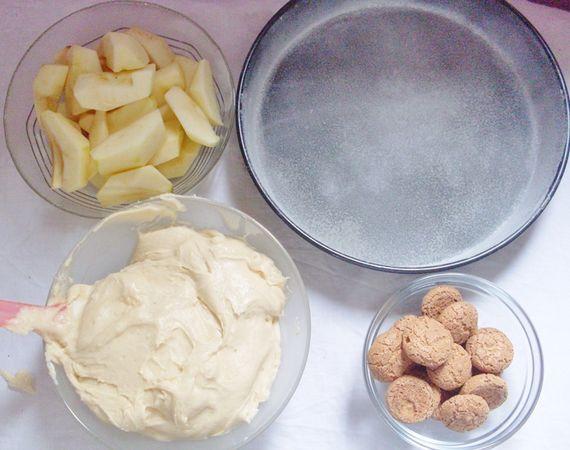 Lavorare la valle' con lo zucchero, aggiungere alternando le uova con la farina setacciata con il lievito. Nel frattempo tagliate le mele a spicchi.