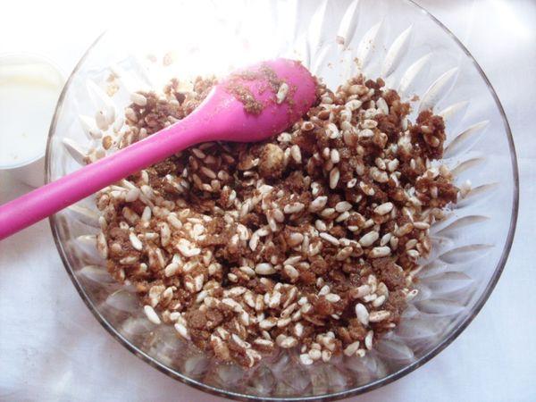 Ammollare in acqua fredda la gelatina in fogli. Nel frattempo tritate nel mixer i biscotti, a cui aggiungete il riso soffiato e vallè fusa e fredda.