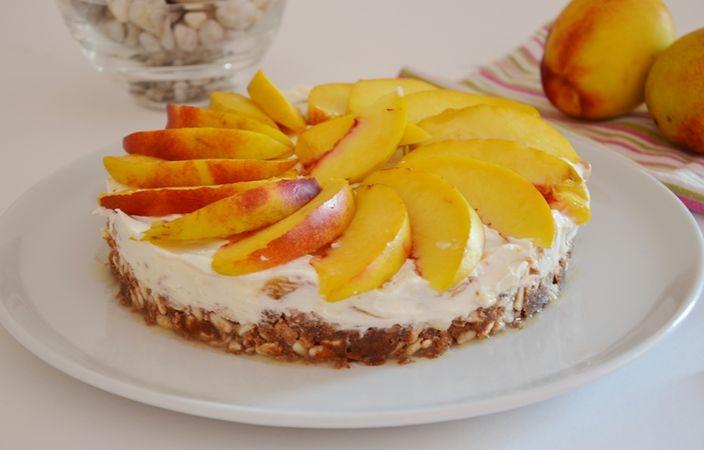 Una volta pronta decorare la torta con le pesche a spicchi e ricoprire con la gelatina.