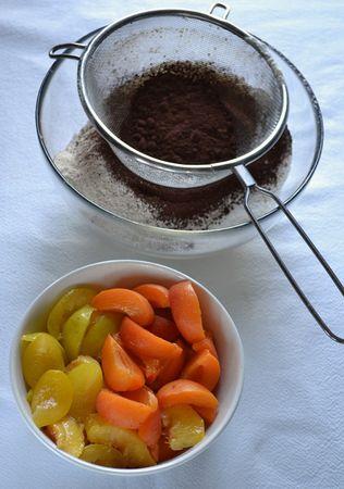Accendete il forno a 180 gradi. Foderate una teglia quadrata (20x20 cm) con due fogli incrociati di carta forno (in alternativa, usate una teglia rotonda - 22 cm diametro). Sbucciate le pesche, poi tagliate tutti i frutti a spicchi e mettete da parte. Mescolate la farina col lievito e il cacao e setacciate