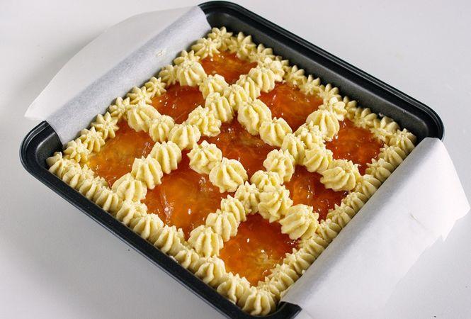 Crostata di albumi con gelatina di mele cotogne: versare l'impasto nello stampo