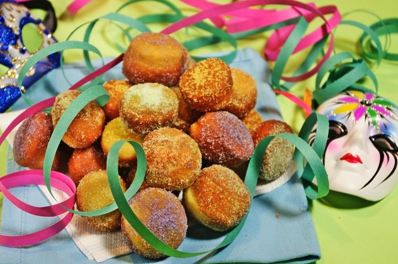 Mini bomboloni con zucchero colorato