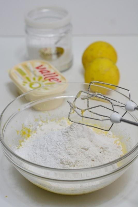 aggiungere la farina e il lievito