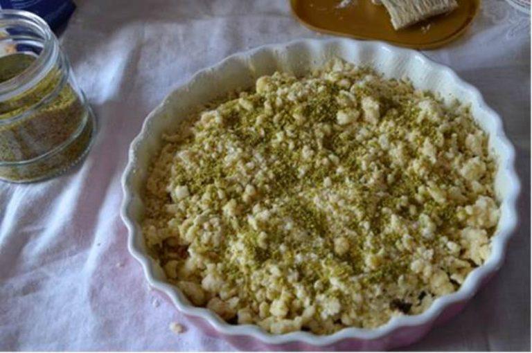chiudere con la restante pasta e cospargere di granella di pistacchi. infornare a 190° per 35 minuti