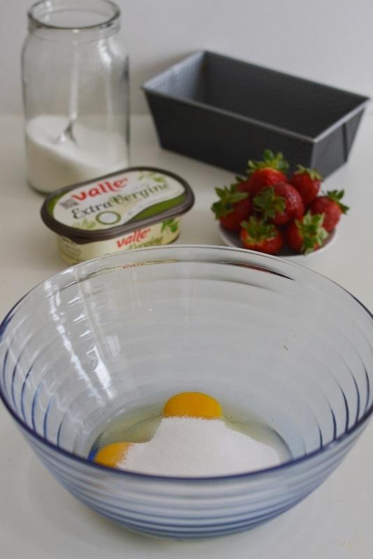 in una ciotola capiente, montare le uova con lo zucchero