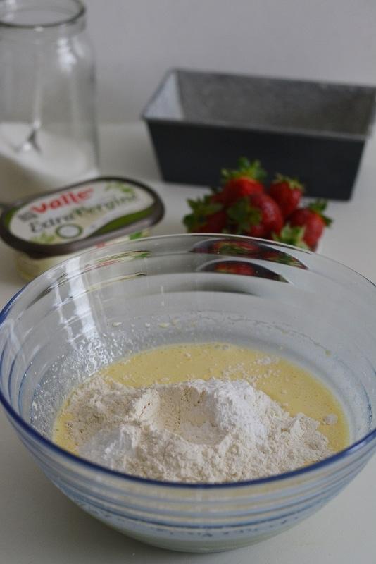 aggiungere le farine setacciate e il lievito