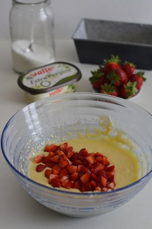 infine aggiungere le fragole a pezzetti ed amalgamare tutto