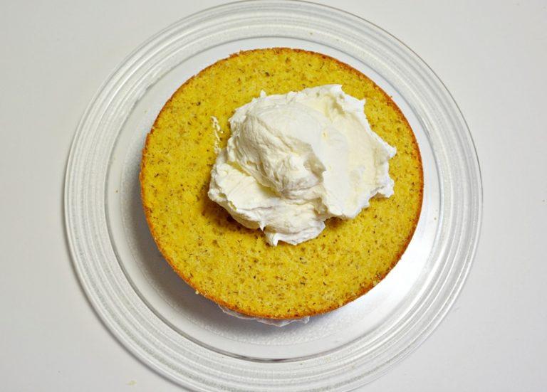Tagliate la torta in 3 strati.<br /> Montate la panna assieme al mascarpone e ad un cucchiaino di zucchero vanigliato.<br /> Farcite la torta, copritela completamente con la crema.<br />