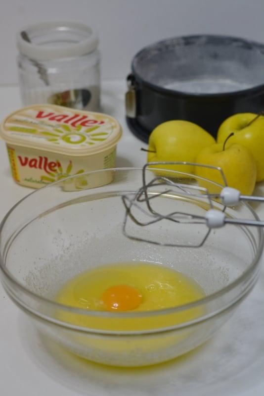 lavorare le uova con lo zucchero