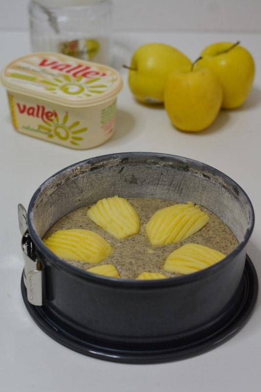 versare il composto nello stampo imburrato ed infarinato (cm 24). Sistemare metà mela come nella foto