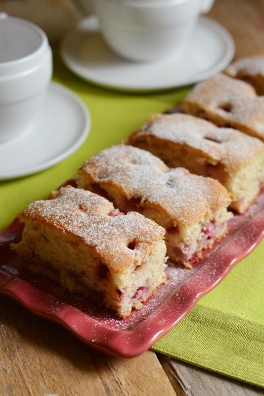 lasciar raffreddare la torta dopo la cottura e tagliarla a tranci. Servire con abbondante zucchero a velo