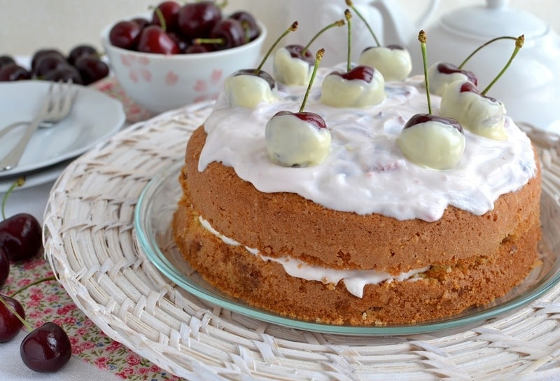 Torta morbida alle ciliegie con crema di yogurt e ricotta