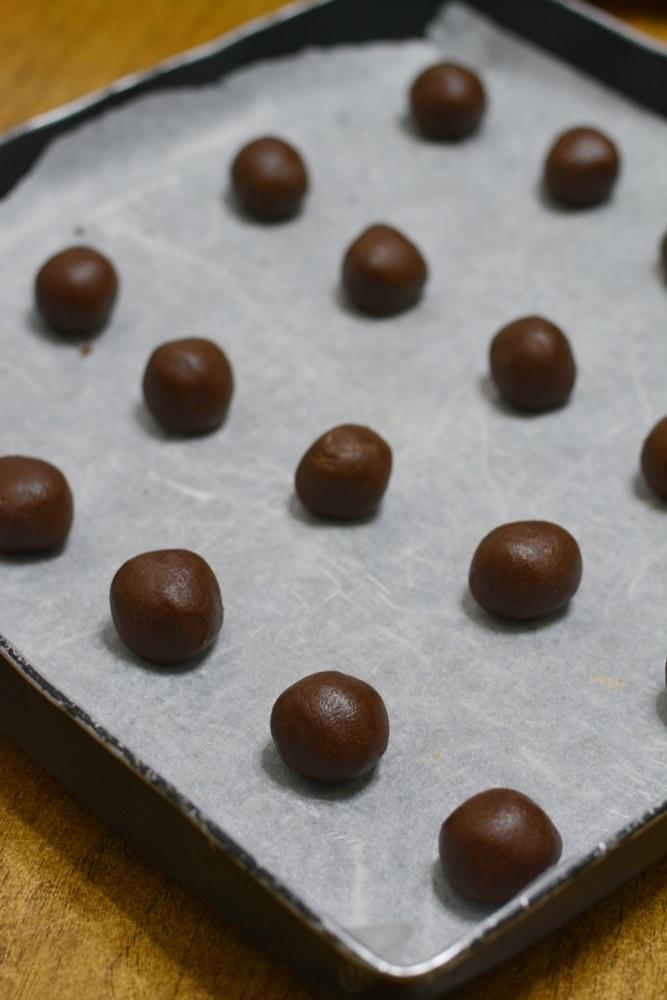 Formare delle palline e sistemarle su una teglia rivestita di carta forno. Infornare a 180° per circa 15min.