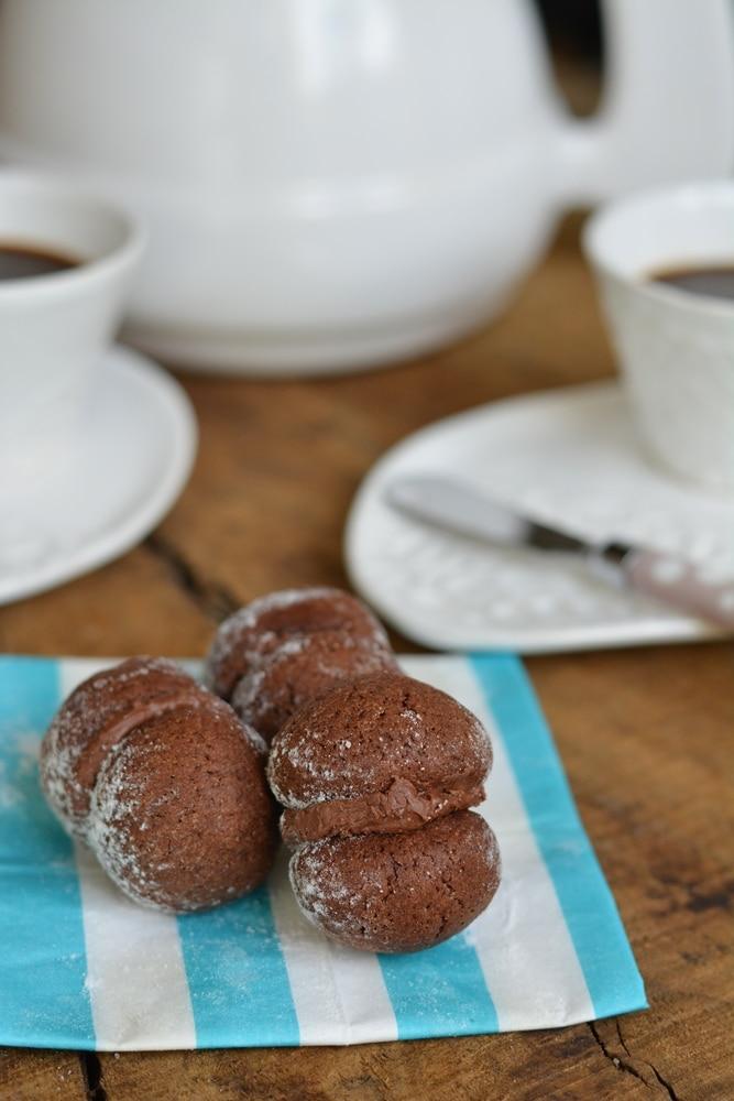 farcire 2 dei biscotti cotti e raffreddati ed unirli
