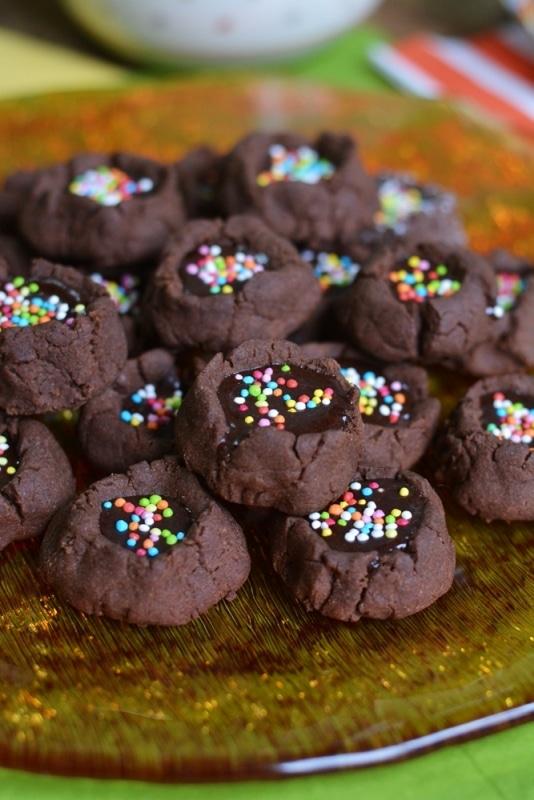 decorare i biscotti con gli zuccherini colorati
