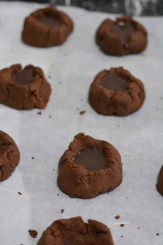 infornare a 180° per circa 15min. Riempire con la glassa al cioccolato preparata amalgamando acqua calda, cacao e zucchero a velo