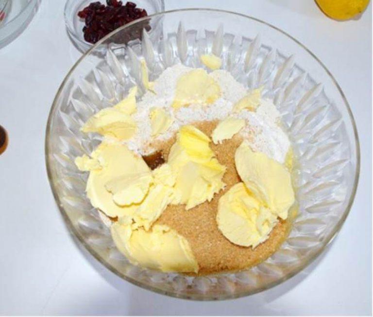 setacciare le farine, aggiungere l'uovo, lo zucchero e la vallè