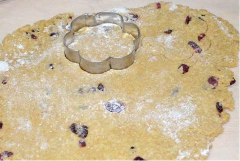 prendere l'impasto dal frigo stenderlo con l'aiuto di farina di riso su carta forno e ricavare dei biscotti dalla forma desiderata.