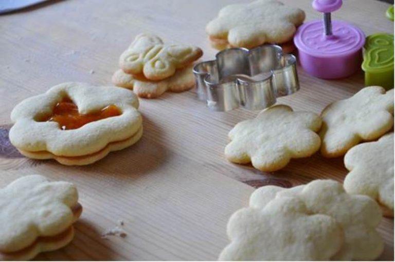 Una volta pronti tutti i biscotti riscaldare un po' la marmellata ed unire a due a due i biscotti
