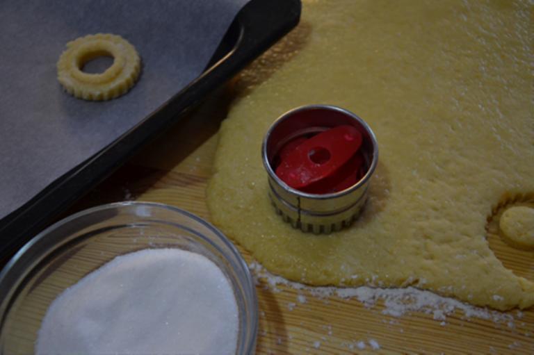 Stendere l'impasto e dargli la forma desiderata.<br /> Passarli nello zucchero (extra) che serve per la cottura ed adagiare i biscotti su una teglia rivestita di carta forno.