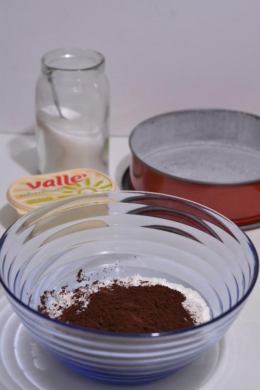 setacciare in una ciotola le farine, lo zucchero e il cacao